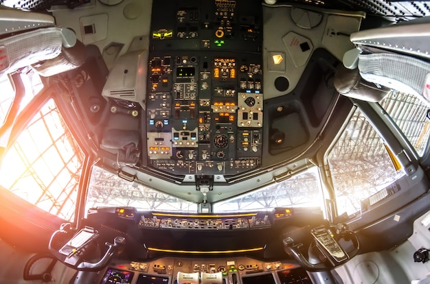 Вид на кабину самолета на пульте управления.