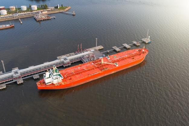 バルクコンテンツ、空撮の荷下ろしで工業用ポートの石油タンカー。
