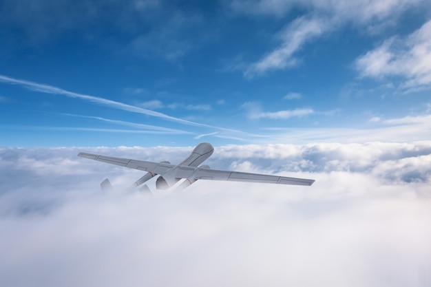 無人航空機がパトロールの領土の上を雲から飛びます。