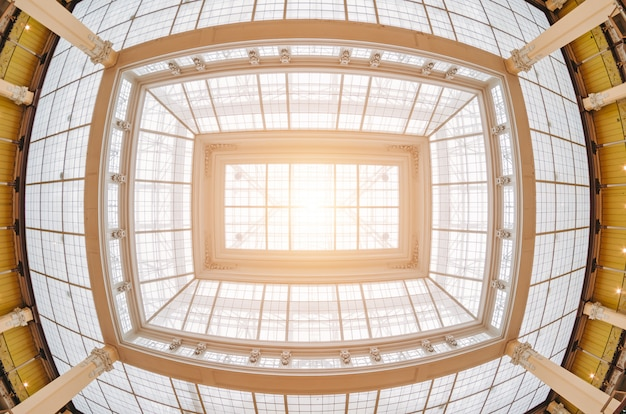 Окрашенная древняя крыша и свет от нее