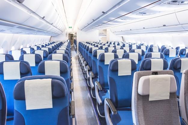 Пассажирские сиденья интерьер салона вид на интерьер пустого прохода.
