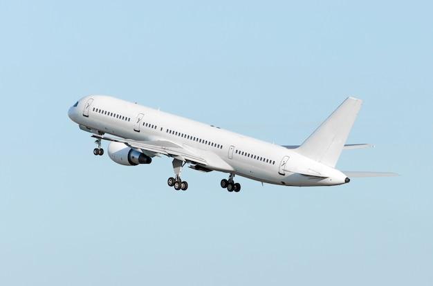 飛行機は高い飛行雲の空を登ります。