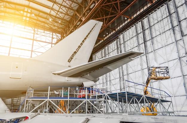 航空機サービス、航空機の尾部のビュー。
