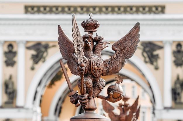 サンクトペテルブルクのパレス広場にあるアレクサンドリアの柱の周りのフェンスにある双頭のワシ。