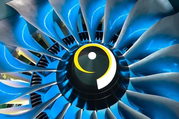 航空機のターボジェットエンジンのブレードは、内側からの青い光でクローズアップ。