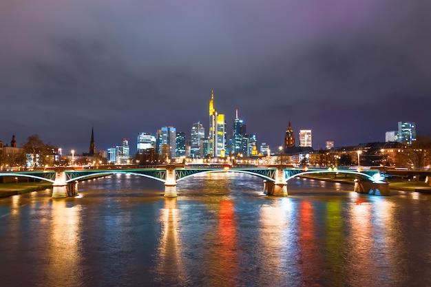 夜のフランクフルトアムマイン、橋と高層ビル、ドイツの夜景。
