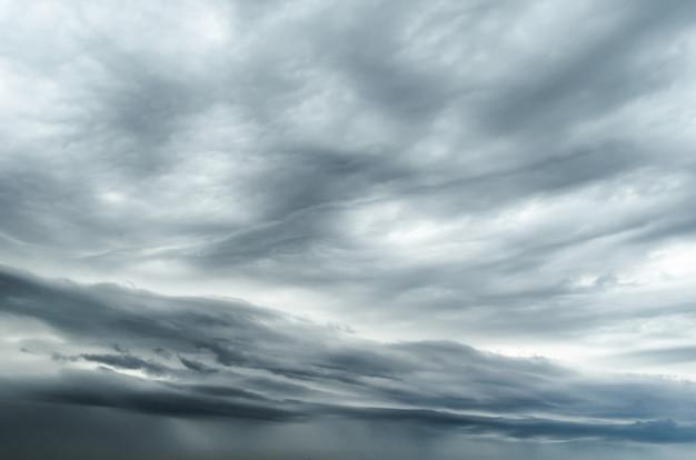 悪天候で雨雷雨の前に織り目加工の灰色の空。