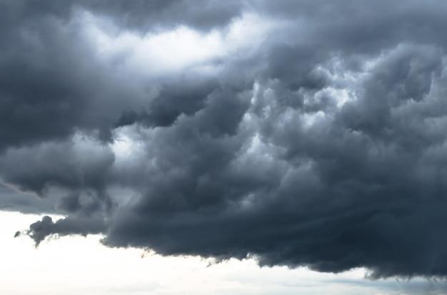 悪天候の灰色の織り目加工の嵐の雲、雷雨の雲の端。