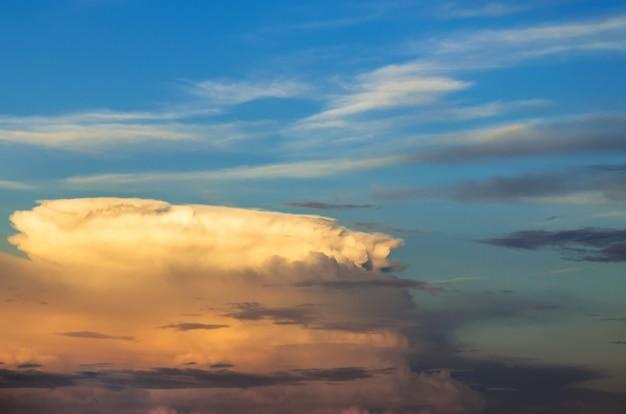スーパーセル雷雨の夕日と青い空と巻雲。
