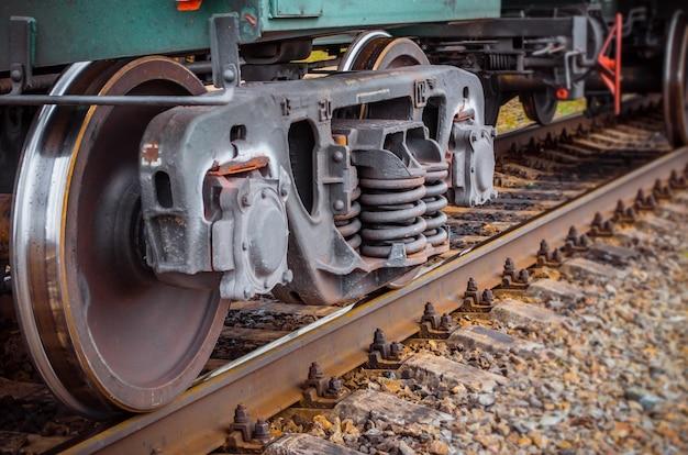 Промышленный железнодорожный поезд катит железную дорогу поезда технологии крупного плана.