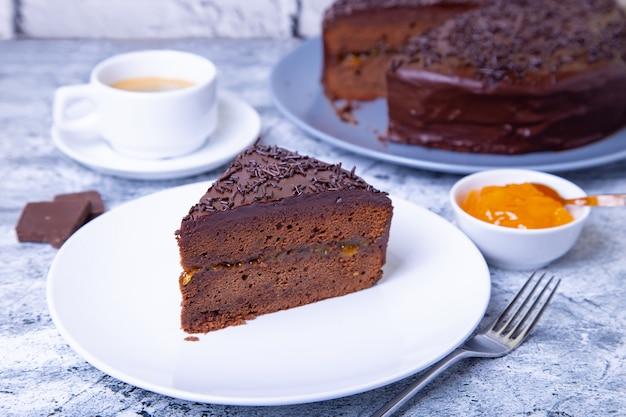 ザッハーケーキ。伝統的なオーストリアのチョコレートデザート。自家製のベーキング。セレクティブフォーカス、クローズアップ。