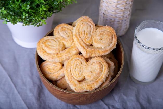 砂糖トッピングのカッテージチーズ自家製クッキー。セレクティブフォーカス、クローズアップ。