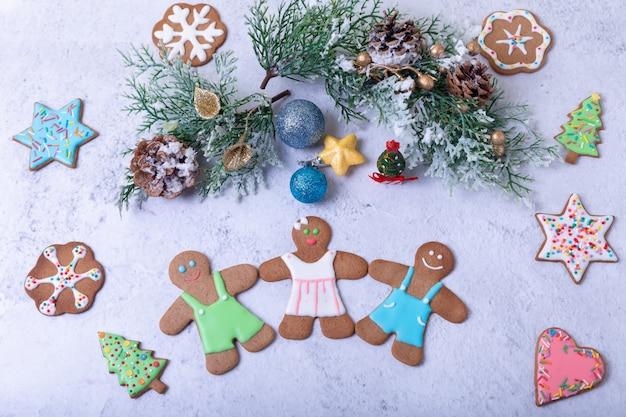 ジンジャーブレッドの男性と人物。伝統的な新年とクリスマスの自家製クッキー。クリスマスの背景。セレクティブフォーカス、クローズアップ。