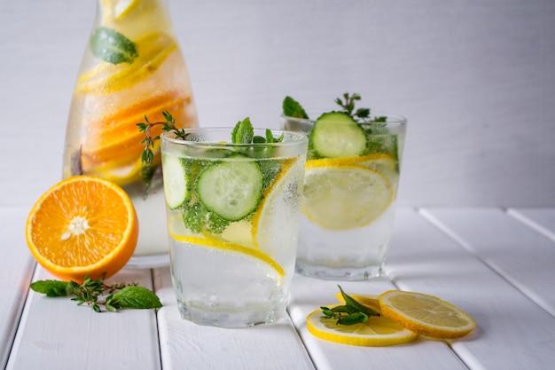 Витаминный освежающий коктейль с цитрусовыми и мятой. легкий домашний лимонад.