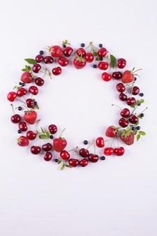 夏のコンセプトです。フラット横たわっていた、トップビュー、コピースペース。新鮮な果実で作られたフレーム。イチゴ、ブルーベリー、スイートチェリー