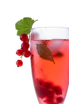 Красный напиток или коктейль в бокал для шампанского, изолированные на белом с красной смородиной