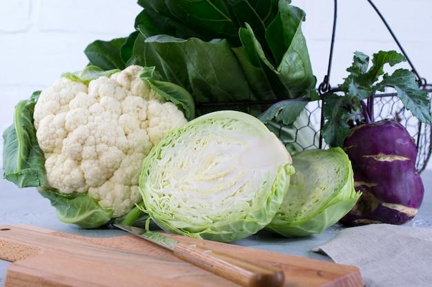 野菜料理の準備のための多くの種類の新鮮なキャベツの成分。カリフラワー、葉キャベツ、チンゲン菜、コールラビ