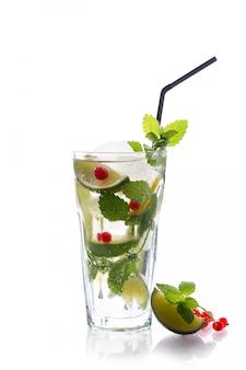 Освежающий бокал традиции летний напиток мохито с лаймом и мятой, красная смородина, изолированные на белом