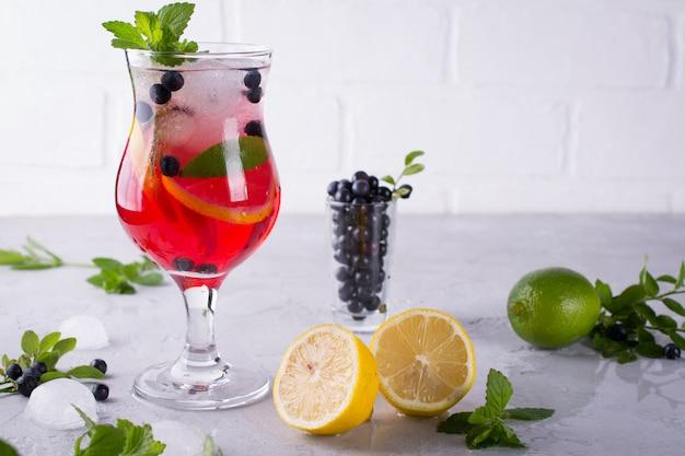 Свежий черничный летний мохито коктейль. черничный лимонад или сангрия на белом