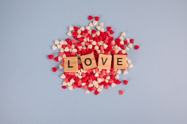 小さな心のペストリーを振りかけると木製のキューブで愛という言葉