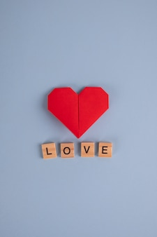 木製キューブで折り紙の紙のハートと言葉の愛