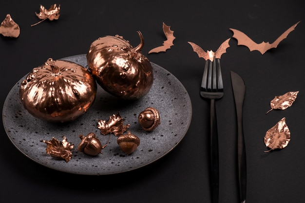 黒のスタイルでお祝いハロウィーンのテーブルの設定。