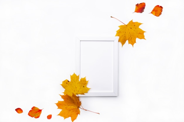 白い背景の美しい秋の乾燥葉で作られたフレーム。秋のコンセプト。秋の背景。フラット横たわっていた、トップビュー、コピースペース
