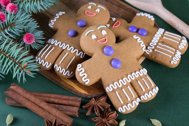クリスマスと休日のベーキング。装飾が施されたジンジャーメンクッキー