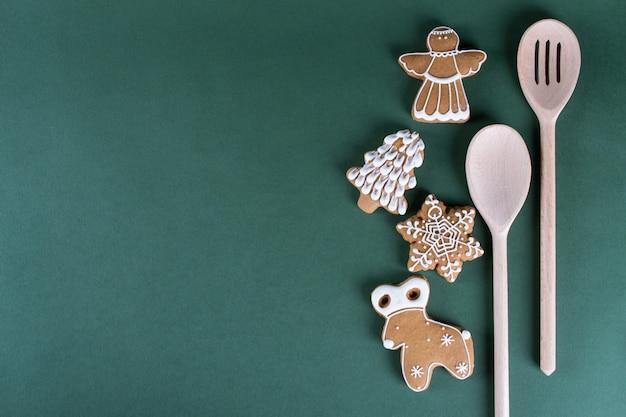 クリスマスと休日のベーキング。緑の背景の装飾が施された生姜男性クッキー。