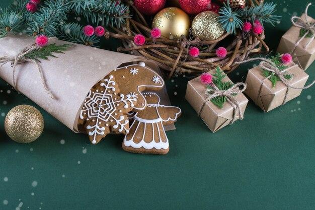 クリスマスと休日のベーキング。緑の表面に装飾が施されたジンジャークッキー