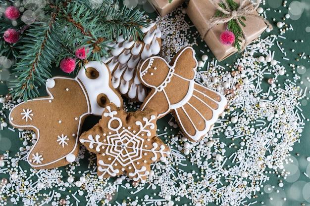 緑の表面に装飾が施された自家製クリスマスクッキー
