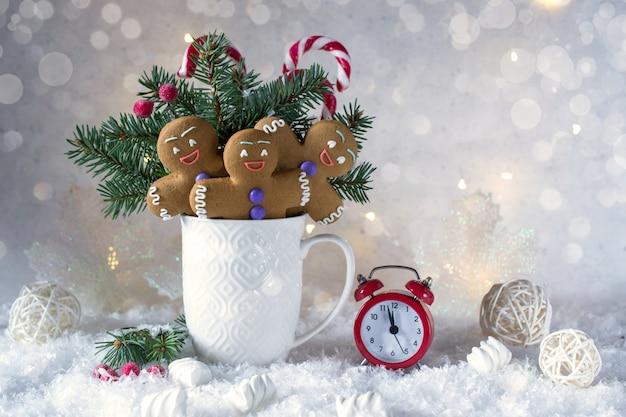 クリスマスや年賀状。モミの木、キャンディー、ジンジャークッキーとカップ。