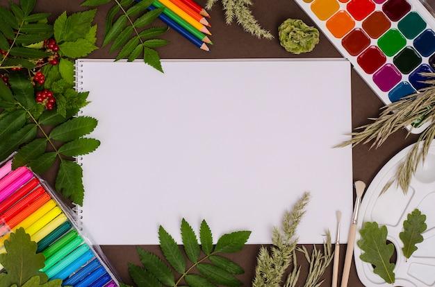 学校に戻る:茶色の背景にコピースペースを持つ学用品の構成