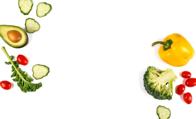 白い背景で隔離の新鮮な野菜。平干し。食品のコンセプト。