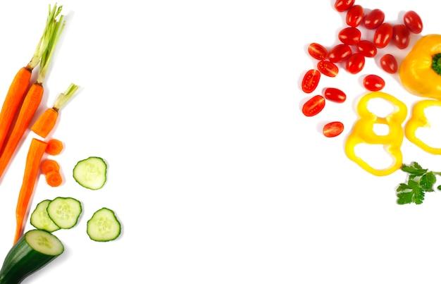 白い背景で隔離の新鮮な野菜。キュウリ、ニンジン、コショウ、トマト。