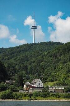 ドイツの川の近くの山のテレビラジオ塔