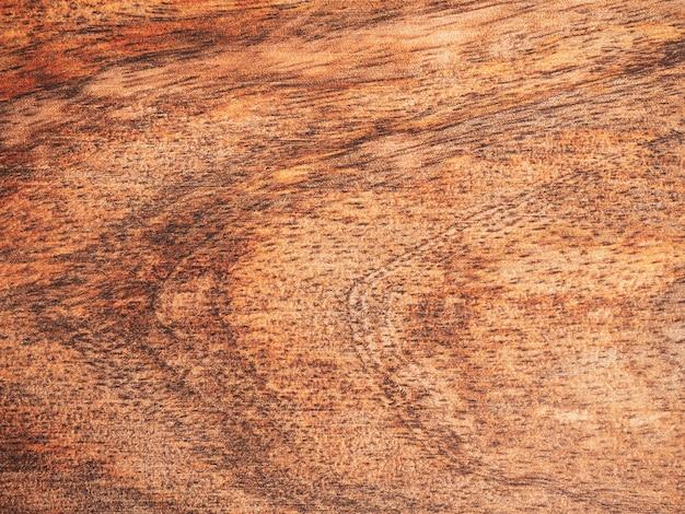 Взгляд сверху деревянной разделочной доски на предпосылке. закройте