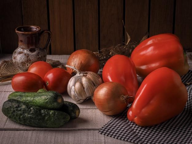 白灰色のテーブルの上の静物野菜