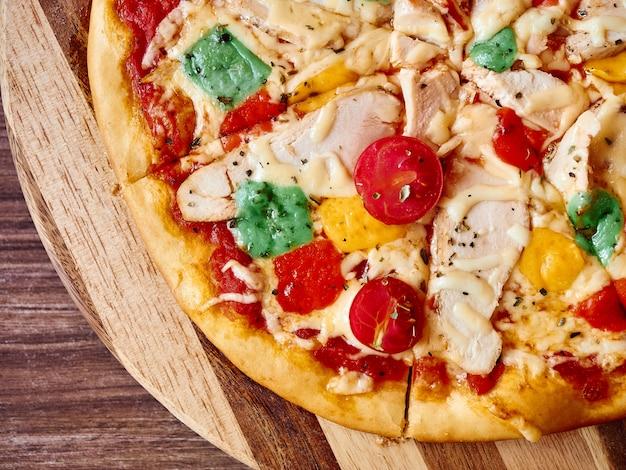 新鮮なピザ木製デスクテーブルフラットレイアウトをクローズアップ