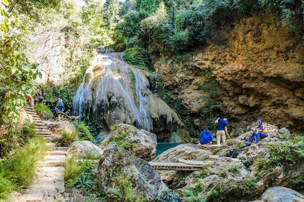 メーピン国立公園、李地区、タイのランプーンで美しい滝コールアン滝