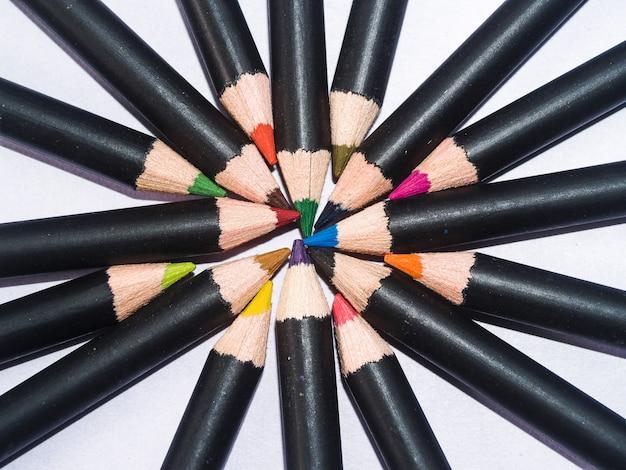 白い背景で隔離の色鉛筆を閉じる