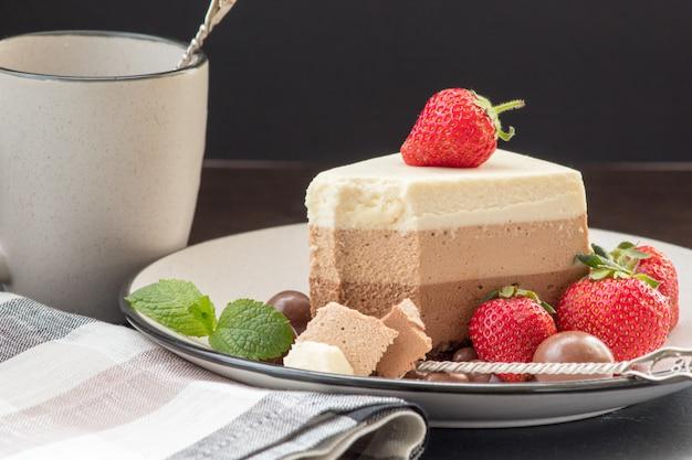 Вкусный слоеный чизкейк на тарелке