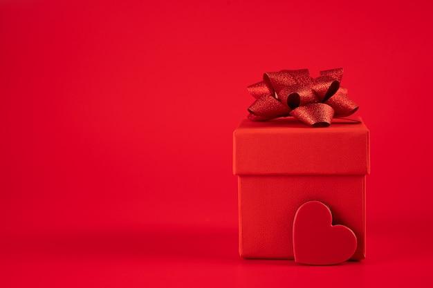 Красная подарочная коробка с сердцем