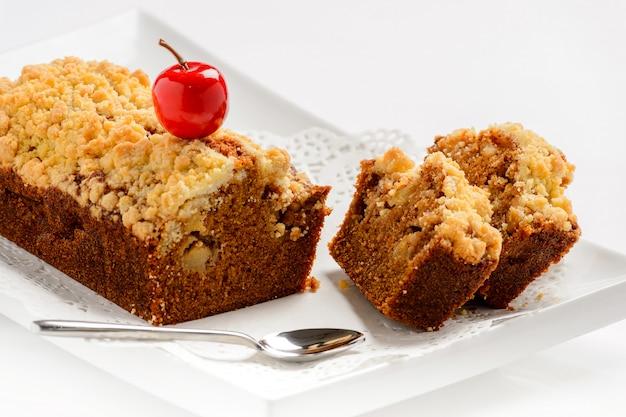 Сладкий медовый торт с орехами и вишней