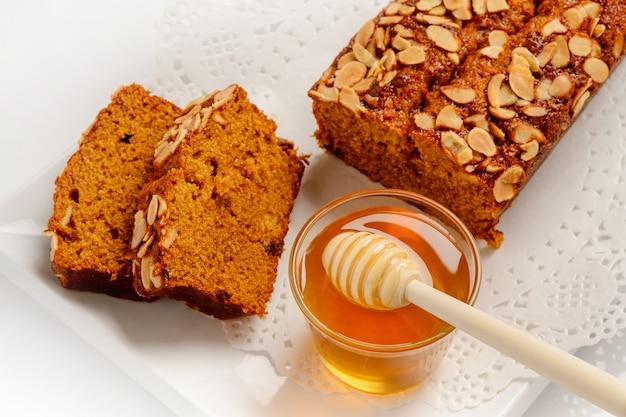 Сладкий медовый торт с миндальными орехами