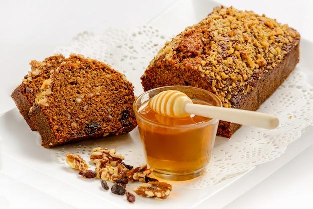 Сладкий медовый торт с орехами