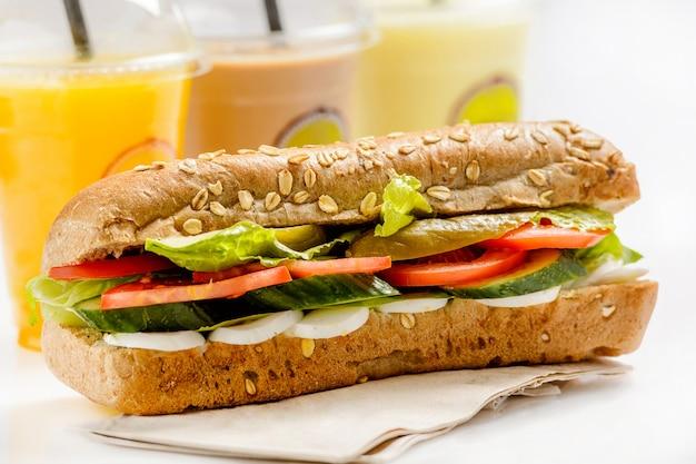 Здоровый вегетарианский бутерброд с яйцами, овощами и напитками