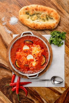 トマト、卵、ハーブ入りのホットシャクシュカ。