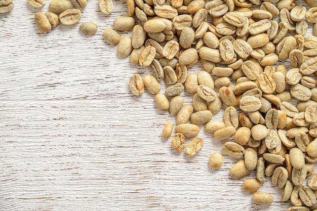 Вид сверху зеленые кофейные зерна с копией пространства