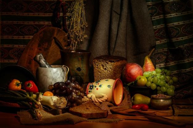 レトロなスタイルのキッチン静物、新鮮な野菜や果物の食材、木製のテーブルの上のパンのカット